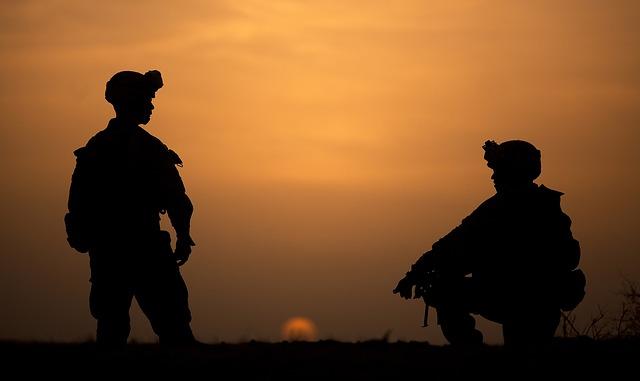 siluety vojáků