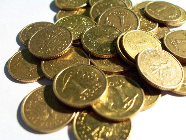 hromada kovových mincí na záběru fotky