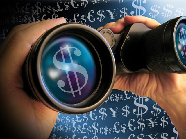 člověk hledající s dalekohledem peníze